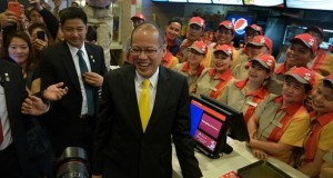 Philippine President Aquino makes a pitstop to Jollibee Singapore in Lucky Plaza on Nov 19, 2014, the second and final day of a visit here. -- ST PHOTO: KUA CHEE SIONG