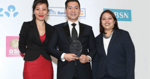 "Retail Banker International Asia Editor Lim Xiou Ann (left) joins representatives from Security Bank and FWD during the 2016 Retail Banker International Asia Trailblazer Awards in Singapore. The award for ""Highly Commended: Best Bancassurance"" was accepted by Delbert Ang-It (center), Security Bank Bancassurance head, and Irene Andas, FWD chief partnership distribution officer and Bancassurance head. (Contributed foto)"