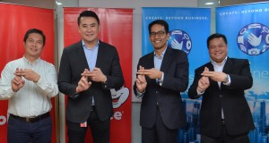 (L-R) Jollibee Foods Corporation Business Channels Director Mario Malalis, Jollibee Foods Corporation Vice President for National Business Channels Manjie Yap, Globe Business Senior Vice President Peter Maquera, and Globe Business Cluster Sales Head Robie Reyes display the 'Hashtag' hand sign for the #8-7000 Jollibee express delivery partnership. (inquirer.net)